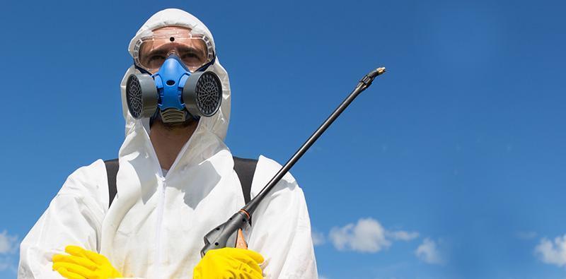 Pracownik dezynfekcji